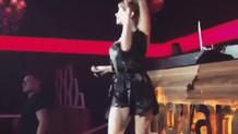 Şarkıcı Hatice seksi gecelikle sahneye çıktı