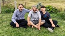 Albayrak yaylada oğlu ve babasıyla enerji depoluyor
