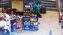 Şoke eden görüntü! Alışveriş yaparken marketin ortasına dışkısını yaptı