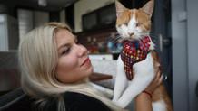 Çöpte bulduğu kediyi hayata bağladı