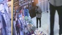 Kasiyerin telefon konuşmasını bölmemek için soygun yapmaktan vazgeçti
