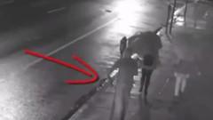 Sokak ortasında kadının kafasına silahı dayadı ve...