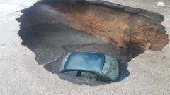 Başkent'te ilginç kaza: Araç yolda açılan çukura düştü