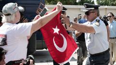 Darbecileri bayrakla protesto etmişti, sınır dışı edildi!