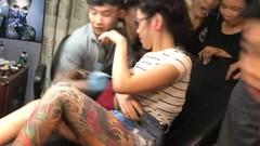 Dövme yaptırırken memesi patlayan kadın sosyal medyayı salladı
