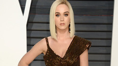 Katy Perry'den olay frikik! Elbise yırtıldı, kalça göründü