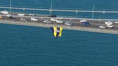 Beşiktaşlılar köprüdeki Fenerbahçe bayrağını kesti!