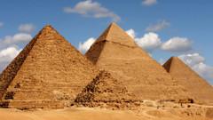Mısır piramidinin tepesinde kıyafetsiz video çeken çifte soruşturma