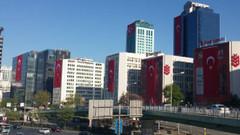 İstanbul'da 23 Nisan: Maslak'ta gökdelenler kırmızı beyaza boyandı