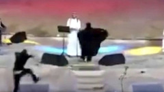 Suudi Arabistan'da sahneye koşup, erkek şarkıcıya sarılan kadın gözaltında
