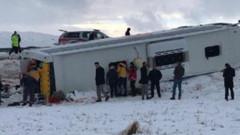 Son dakika: Sivas'ta yolcu otobüsü devrildi: Çok sayıda yaralı