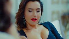 Şevval Sam Yasak Elma'ya derin göğüs dekolteli kıyafetiyle damga vuracak