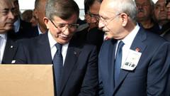 Soysal'ın cenazesinde heyecan yaratan Davutoğlu Kılıçdaroğlu samimiyeti