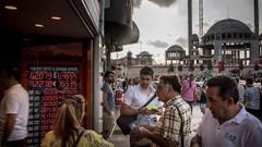 Dolar, dünyada yükselişe geçti; Türk Lirası'ndaki erime önlenemiyor