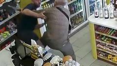 Yaşlı adam markette tecavüzü son anda önledi