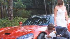 Yeni eşinin gelinliği ile arabasının jantlarını sildi