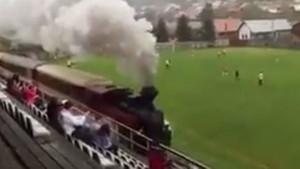 Maçın ortasında sahadan tren geçti
