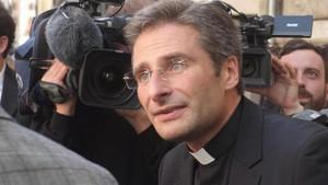 Eşcinsel rahip kovuldu