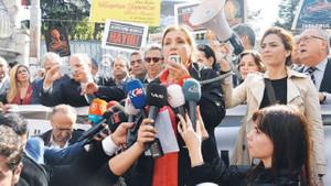 Gazeteciler saldırıları protesto için yürüdü
