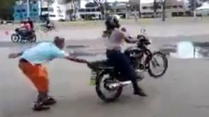 Acemi kadın motosikletli gaza gelince..