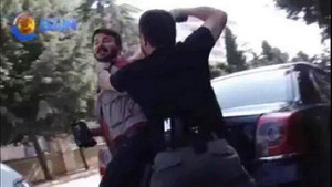 Polis gazetecinin kafasına silah dayadı