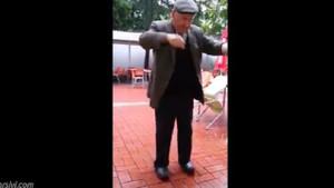 Yaşlı adamdan sosyal medyayı sallayan dans