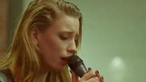 Serenay Sarıkaya şarkı söyledi