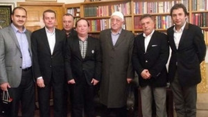 Doğan Grubu yöneticisini yakan FETÖ hatıra fotoğrafı