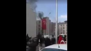 Polis HDP binasına girmek isteyenlere engel oldu
