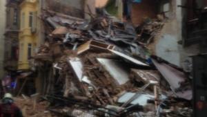 İstiklal Caddesi yakınlarında 5 katlı bina çöktü