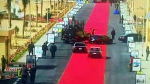 Görgüsüz diktatör Sisi! Makam arabalarına kırmızı halı serildi