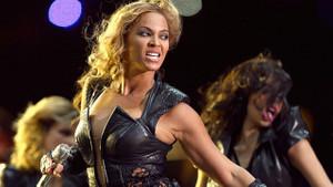 Beyonce'nin kara panter şovu ABD'yi karıştırdı