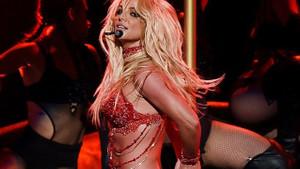 Britney Spears, ateşli direk dansı gösterisi