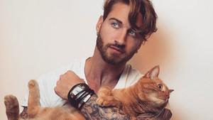 Egzersizlerini çok sevdiği kedisiyle birlikte yapan yakışıklı model!