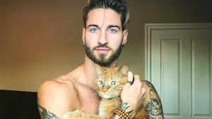Egzersizlerini kedisiyle birlikte yapan yakışıklı model!
