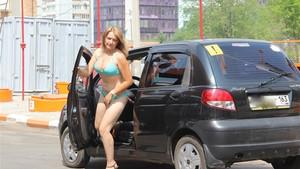 Benzinliğe bikiniyle gelen kadınlara bedava benzin