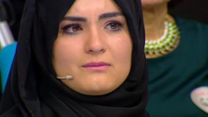 Zuhal Topal'la programında Hanife gözyaşlarını tutamadı