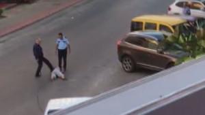 Yerde yatan kadın turiste polis dayağı