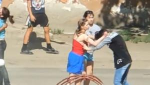 Rus kızların sokak ortasındaki öldüresiye kavgasını görenler şoka girdi