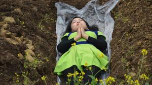 Eşlerinden ayrılan kadınlara ölmeden mezara gir meditasyonu