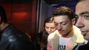 Mesut Özil, Amine Gülşe aşkı tam gaz devam