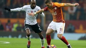 Galatasaray - Beşiktaş derbisinde objektiflere takılan olay görüntü!
