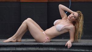 Heidi Montag havuza girerken görüntülendi