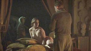 Emilia Clarke yeni filmi için çırılçıplak kamera karşısında