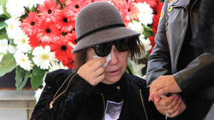 Nazan Öncel eşi Akşit Togay gözyaşlarıyla uğurladı