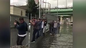 İstanbul'da Survivor! Vatandaşlar demirleri tutunarak gitti...