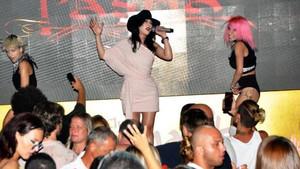 Hande Yener sıcağa aldırmadan dans etti