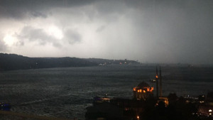 İstanbul'da hava birden karardı! Şiddetli yağıştan ilginç görüntüler