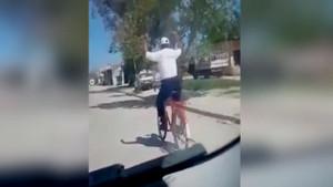 Bisiklet süren adamın ilginç hareketleri