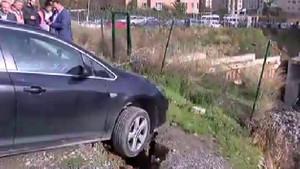Ataşehir'de toprak kayması! Araçlar böyle kaldı